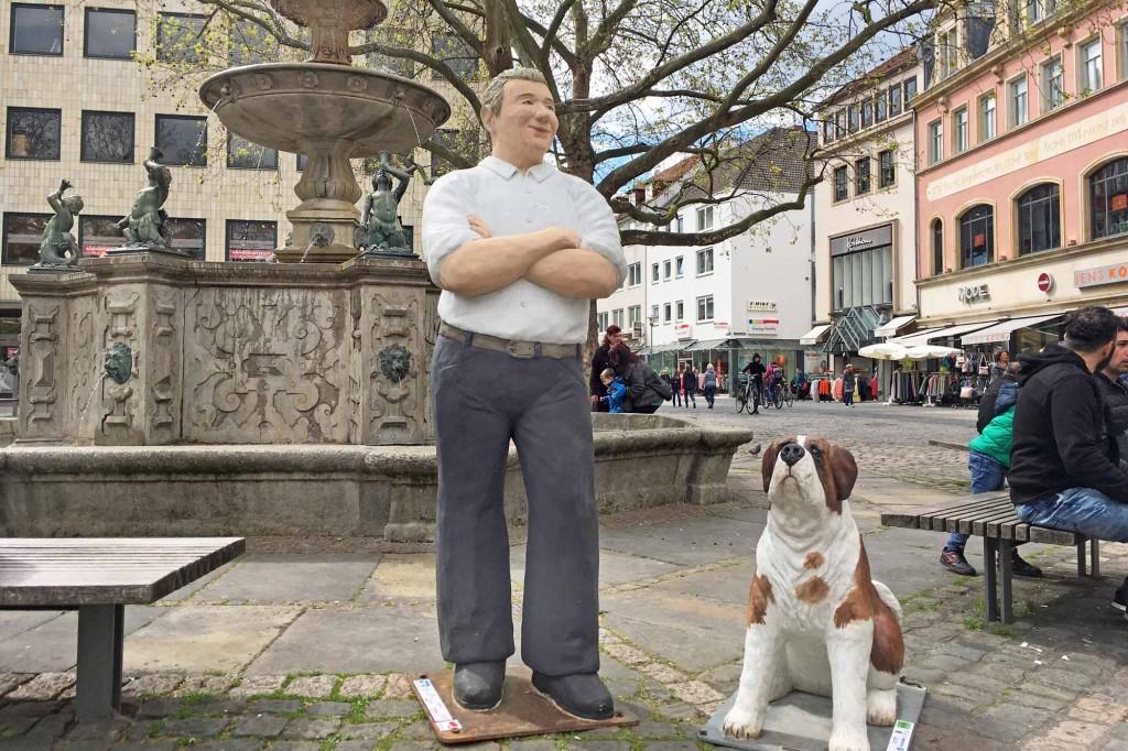 Mann mit Hund auf dem Kohlmarkt in Braunschweig von Christel Lechner. Foto: BSM