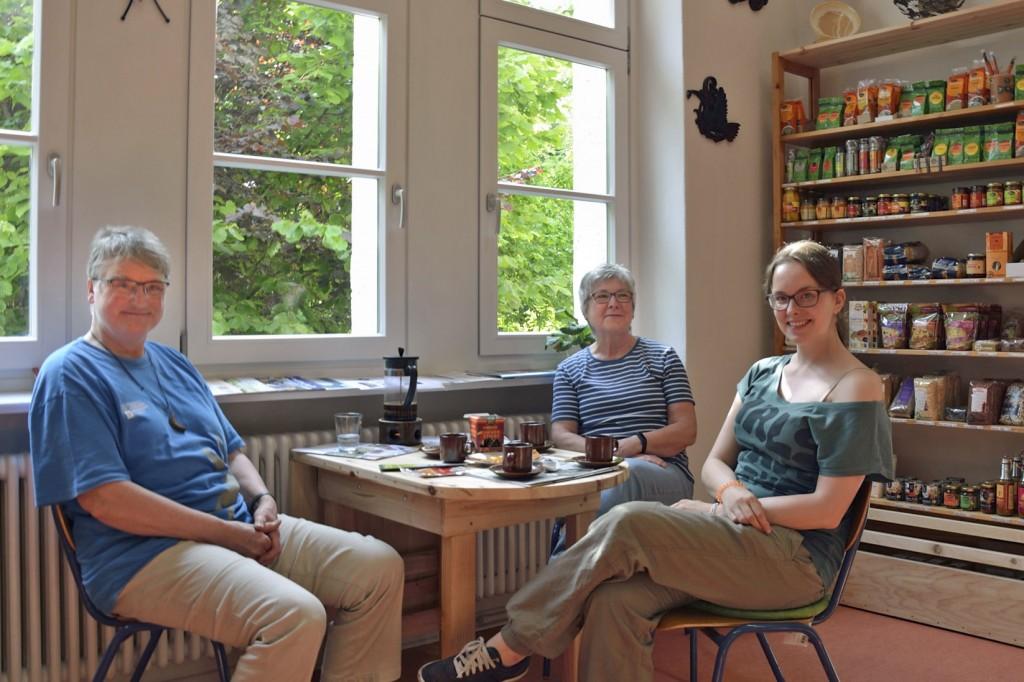 Ein Tisch für nette Gespräche und hitzige Diskussionen: Magdalene Lichte-Dirks und Leni Kindermann begrüßen gerne Interessierte, wie hier Tanja Mühle, die Eine-Welt-Regionalpromoterin für Braunschweig. Foto. BSM