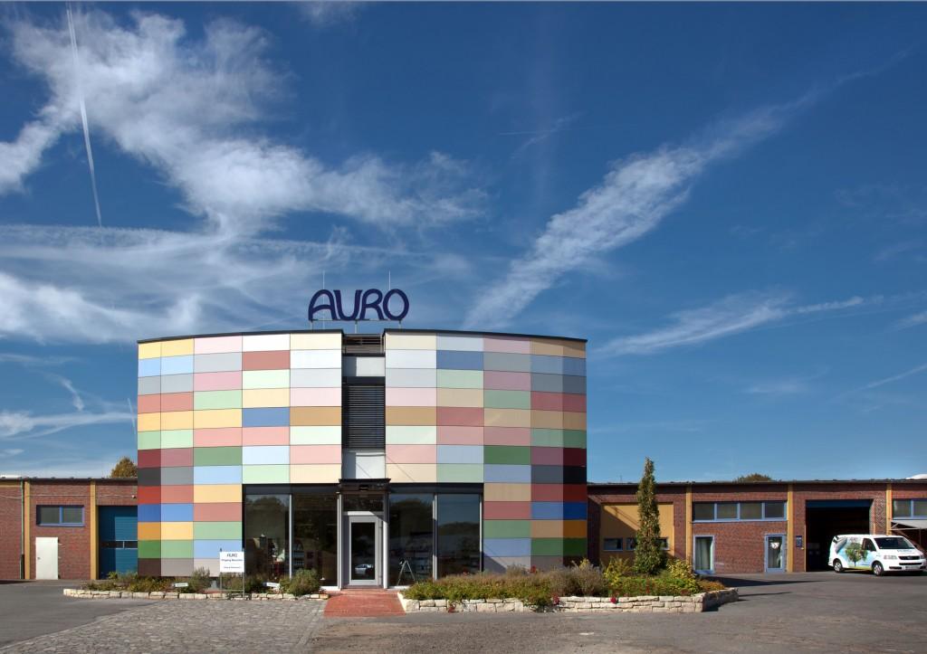 Das Firmengebäude von Auro ist dank der bunten Fassade schon von weither sichtbar. Foto: AURO Pflanzenchemie AG