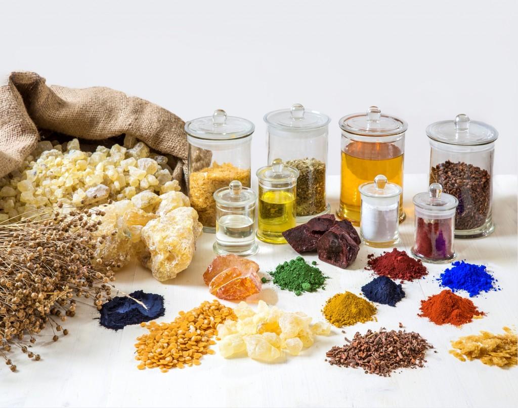 Die Rohstoffe der Farben auf einem Blick: Von Bienenwachs über Öle bis zu Flachs. Foto: AURO Pflanzenchemie AG