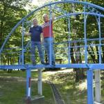 Frank Hünken (links) und Carsten Müller auf der blauen Eisenbahnbrücke. Foto: BSM