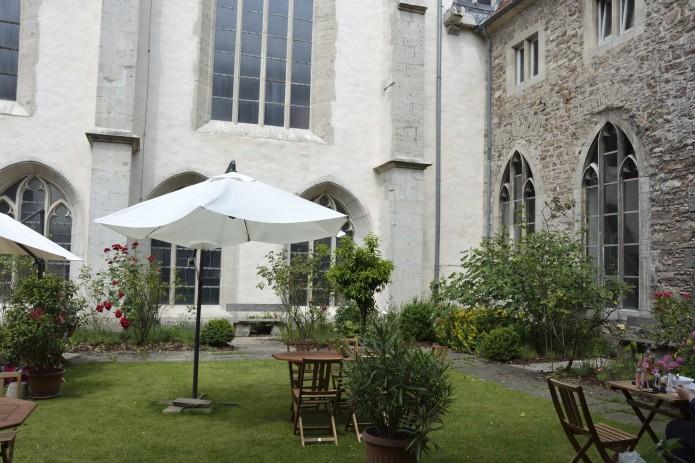 Sitzmöglichkeiten auf dem grünen Rasen im Garten des Café Kreuzgang.