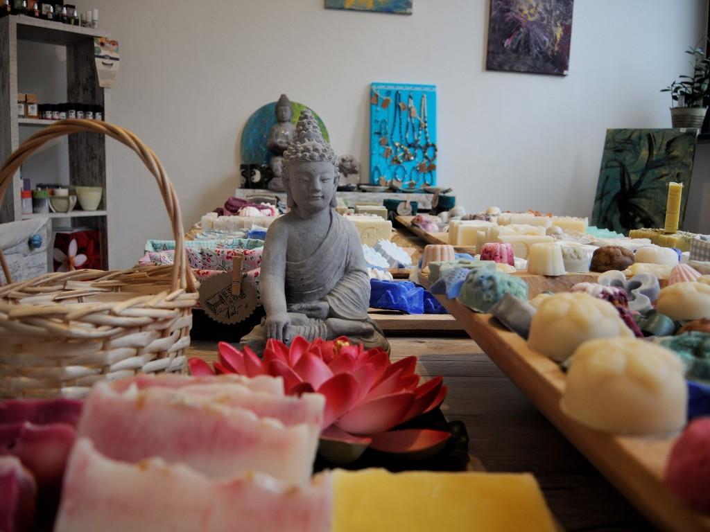 In Simones Seifenmanufaktur sind die Produkte individuell und kreativ drapiert. Foto: BSM