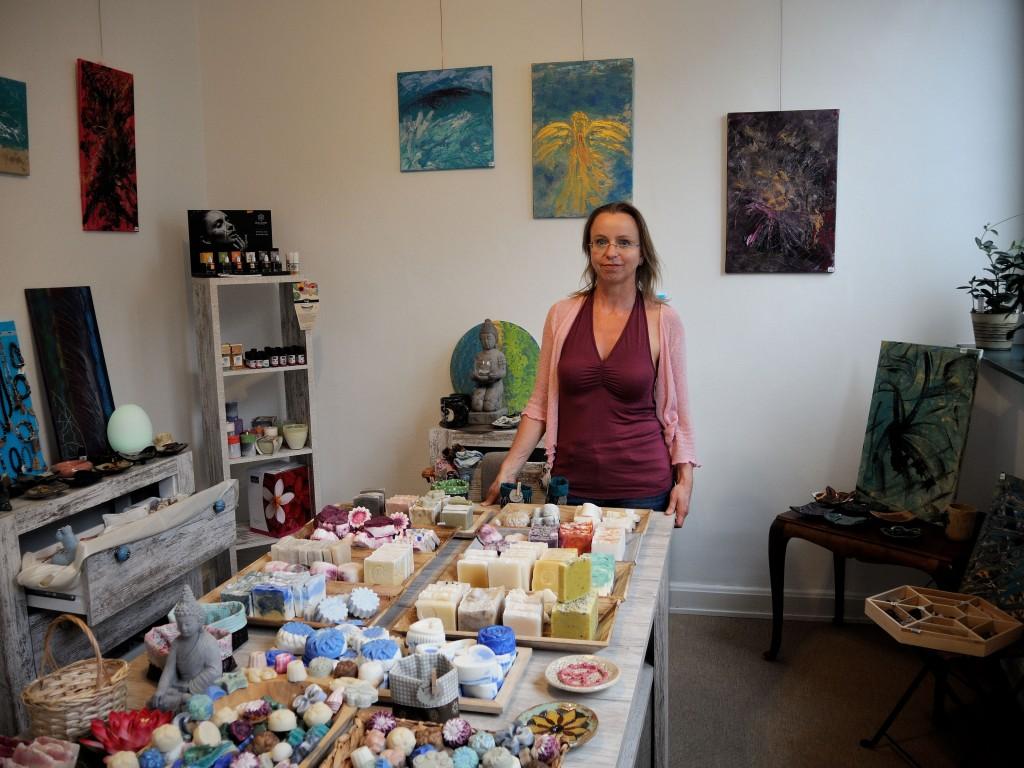 Simone Becker hat ihr Hobby zum Beruf gemacht und bietet ihren Kundinnen und Kunden selbstgemachte Seifen und Naturkosmetik. Foto: BSM