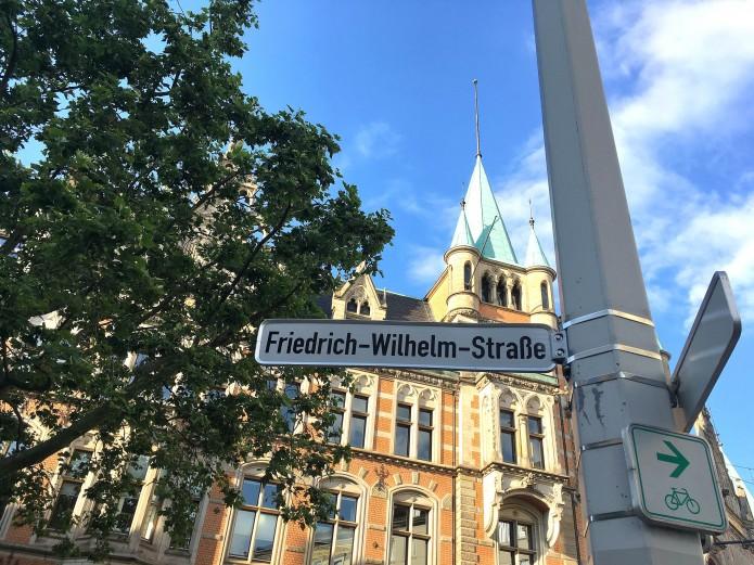Die Friedrich-Wilhelm-Straße ist heute eine belebte Straße zu jeder Tageszeit.