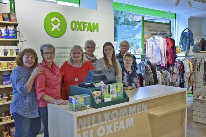 Martina Fuchs (3. v. li.) und ihre Kollegen im Braunschweiger Oxfam-Shop. Foto: BSM