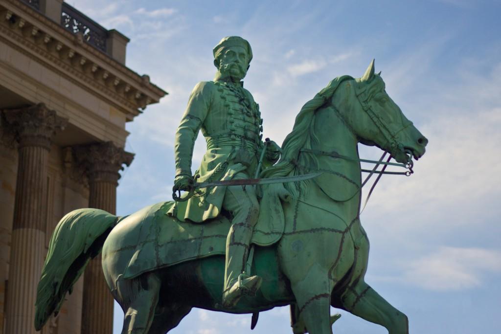 Das Reiterstandbild vor dem Residenzschloss erinnert an den Herzog Friedrich Wilhelm. Foto: BSM / Gerald Grote
