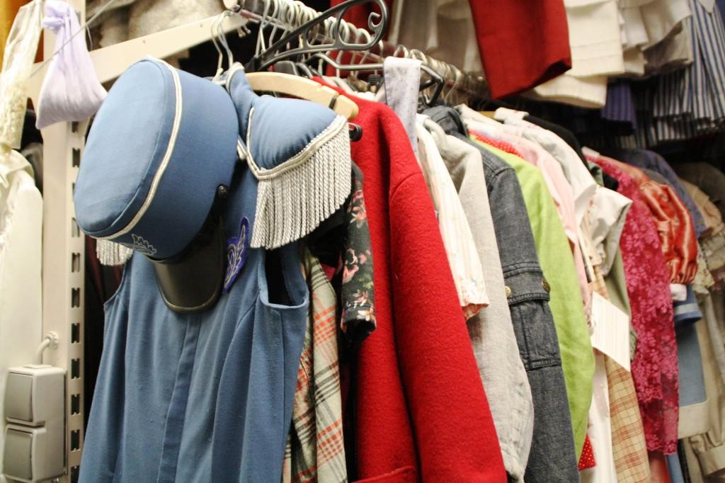 Im Fundus findet sich mehr Männer- als Frauenkleidung. Foto: Bärbel Mäkeler