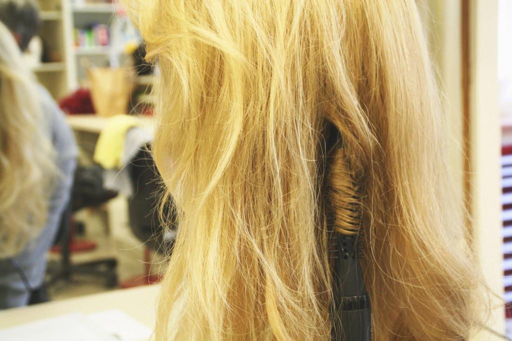 Diese Perücke wird aus Echthaar hergestellt. Foto: Bärbel Mäkeler