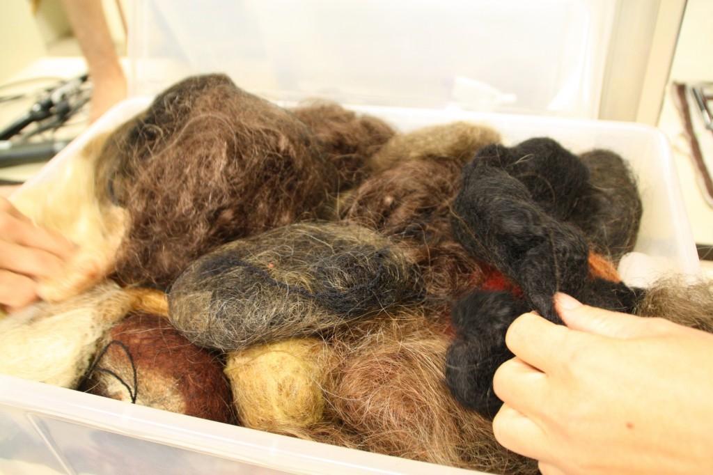 Wiederverwertung: Wenn alte Perücken nicht mehr verwendet werden können, werden die Haare zu Dutte verarbeitet. Foto: Bärbel Mäkeler