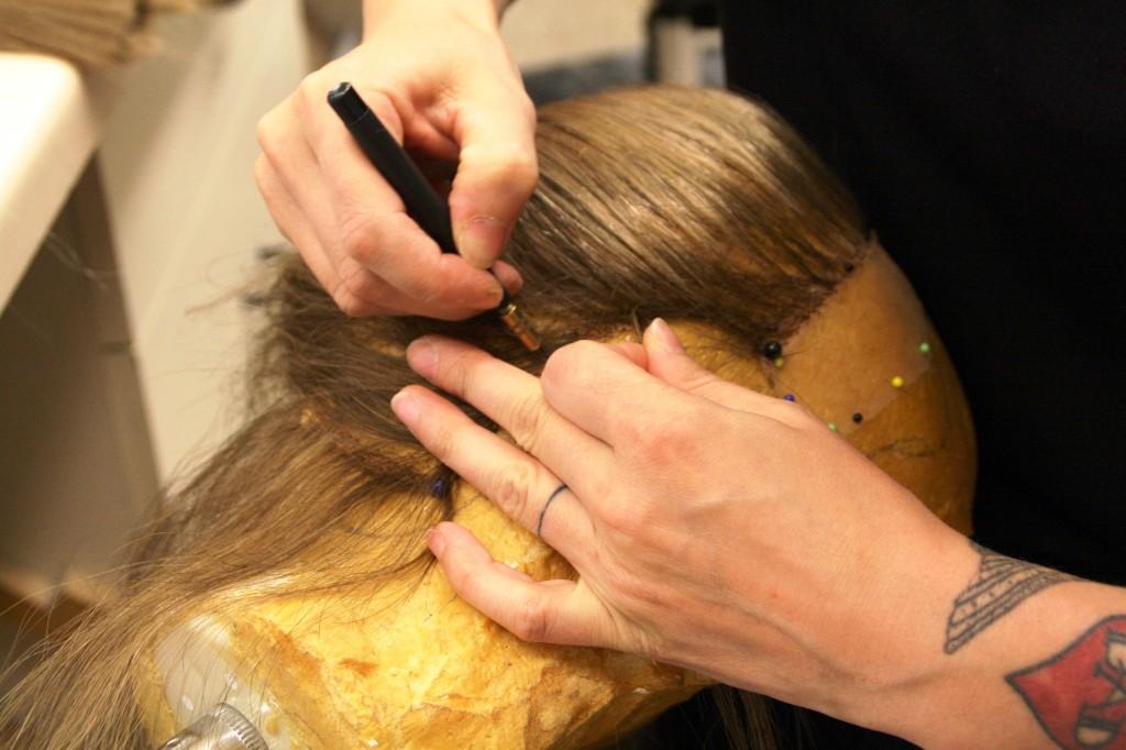 Das Einziehen der Haarsträhnen ist Millimeterarbeit. Foto: Bärbel Mäkeler