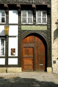 Das Portal des Huneborstelschen Hauses ist mit Schnitzereien geschmückt. Foto: Gisela Rothe