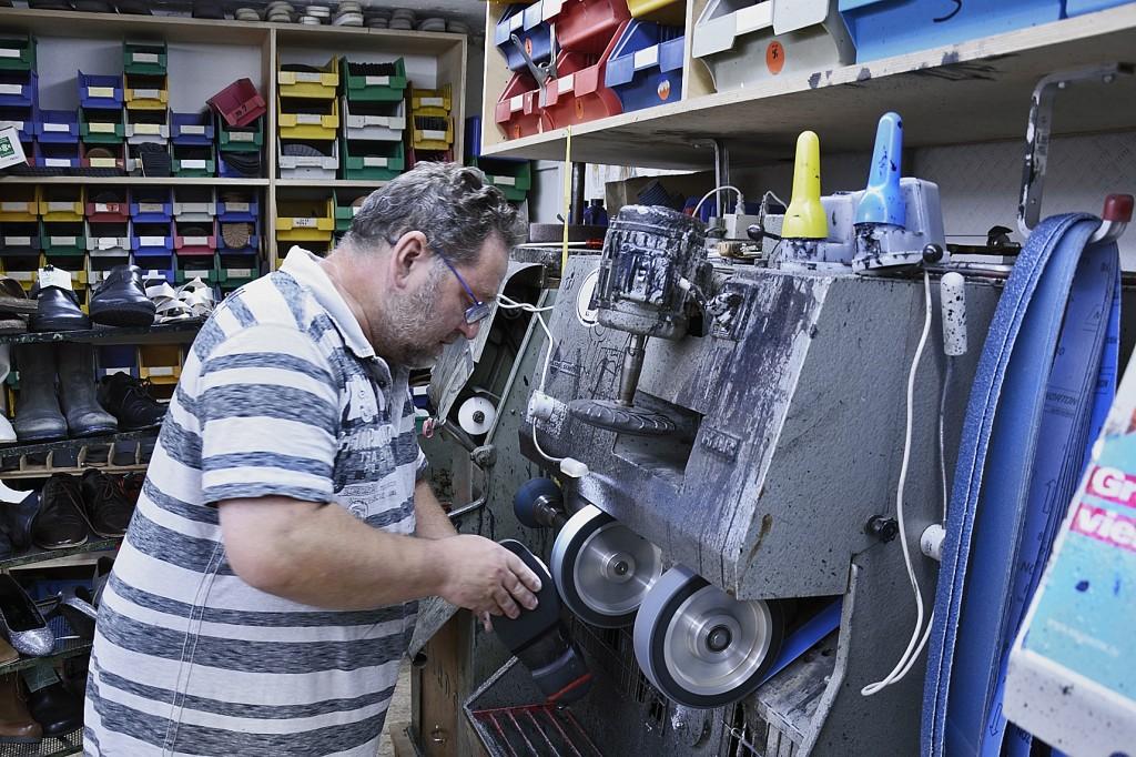 Schuhmachermeister Carsten Sertl bei der Arbeit. Foto: BSM