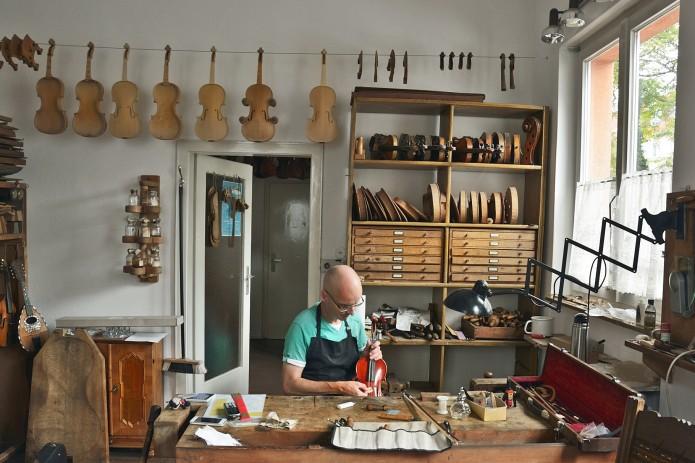Matthias Vorbrodt ist in der Geigenbauwerkstatt in seinem Element. Foto: BSM