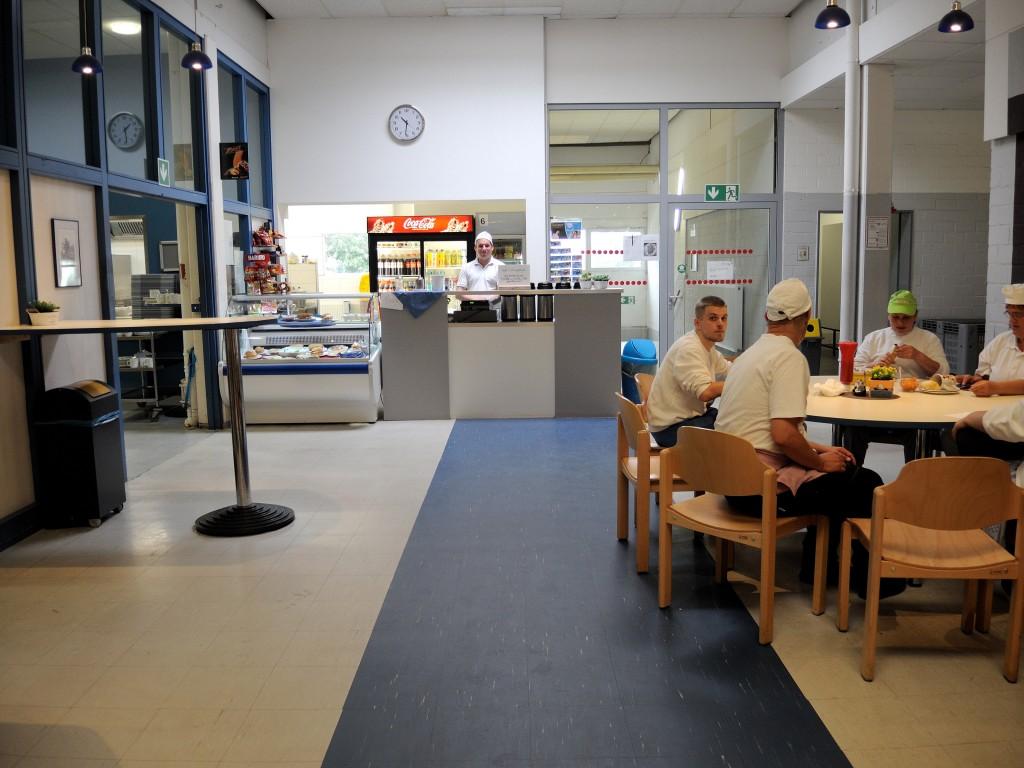 In der Cafeteria können sich die Mitarbeiter austauschen. Foto: BSM