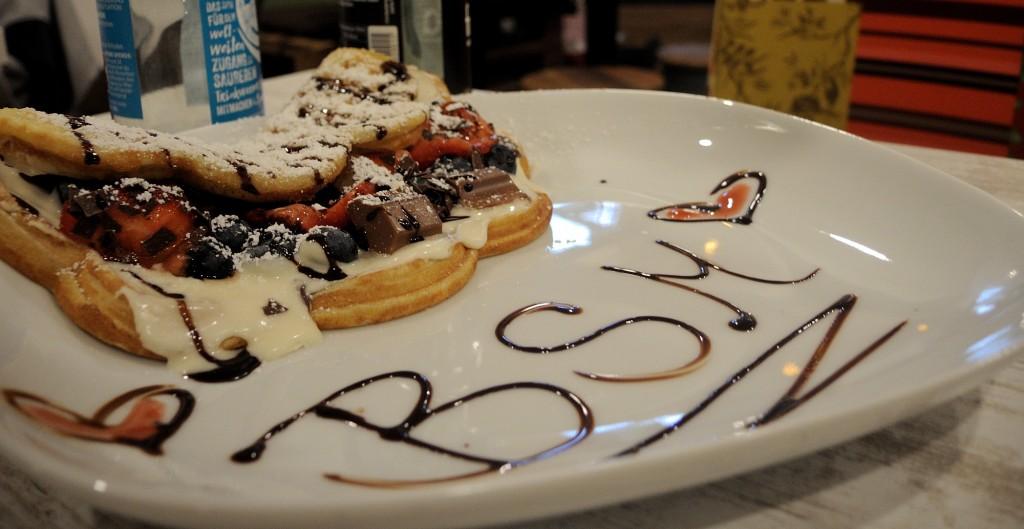Bei Glückswaffel können sich Gäste ihre Waffel nach Wunsch belegen. Foto: BSM