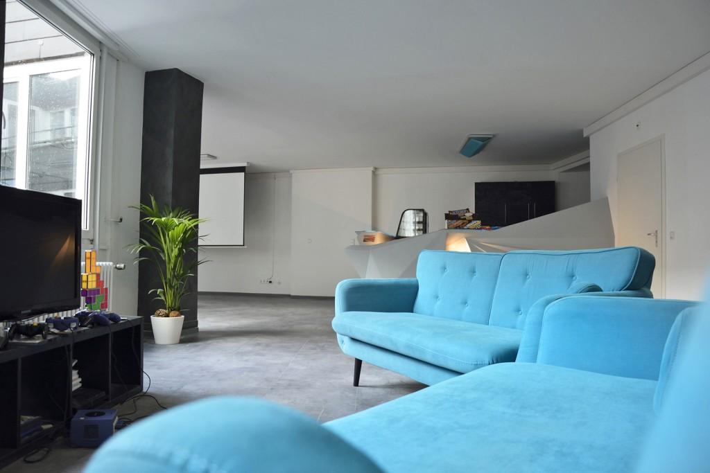 Auch zum Entspannen bietet die VirtuaLounge Platz und kuschelige Sofas. Hier können auch Konsolenspiele gespielt werden. Foto: BSM