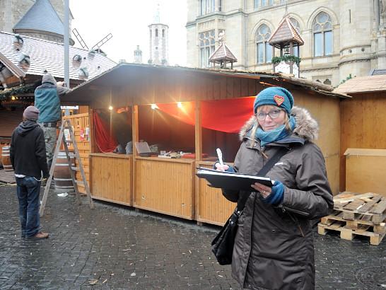 Schaut, ob alles klappt: Heike Prieß ist seit 12 Jahren für die Koordination des Weihnachtsmarktes zuständig. Foto: BSM