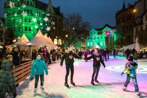 Auf der Eisbahn auf dem Kohlmarkt kann man inmitten des städtischen Treibens Schlittschuhfahren. Foto: BSM