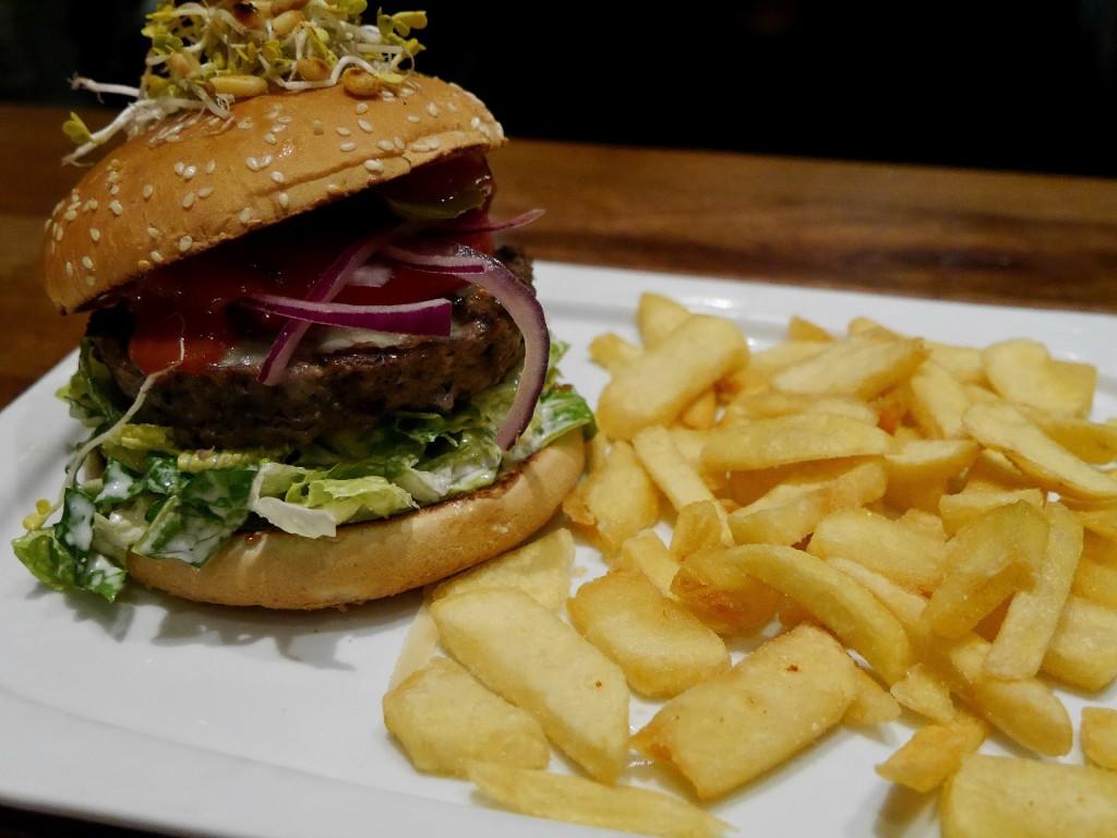 Der Quartier Spezial Burger sieht nicht nur gut aus, sondern schmeckt auch sehr lecker. Foto: BSM