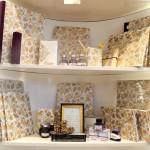 Mit den schönen Buntpapieren können sich Gäste ihre Schreibutensilien verschönern. Foto: BSM