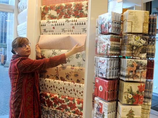 """Inhaberin Annette Engelhardt zeigt mir die """"Carta Varese"""". Foto: BSM"""