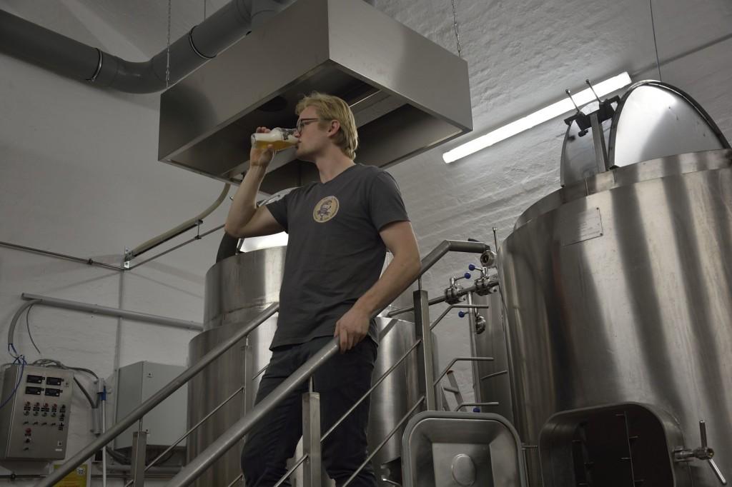 Geschmack und Farbe des Bieres werden vom Fachmann überprüft. Foto: BSM