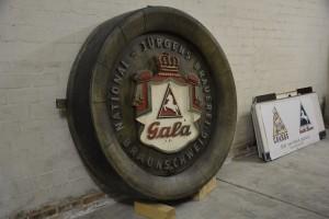 Relikt aus alten Zeiten: Im Eingang der neuen National Jürgens Brauerei steht eine Erinnerung an ihre Vorgängerin. Foto: BSM