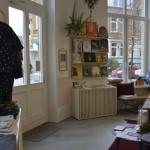 Durch die hohen Fenster ist der kleine Laden hell und einladend. Foto: BSM