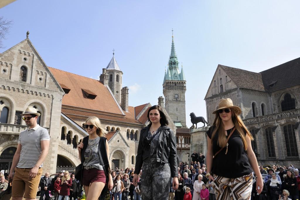 Modenschauen auf dem historischen Burgplatz beim modeautofrühling. Foto: BSM/Daniel Möller