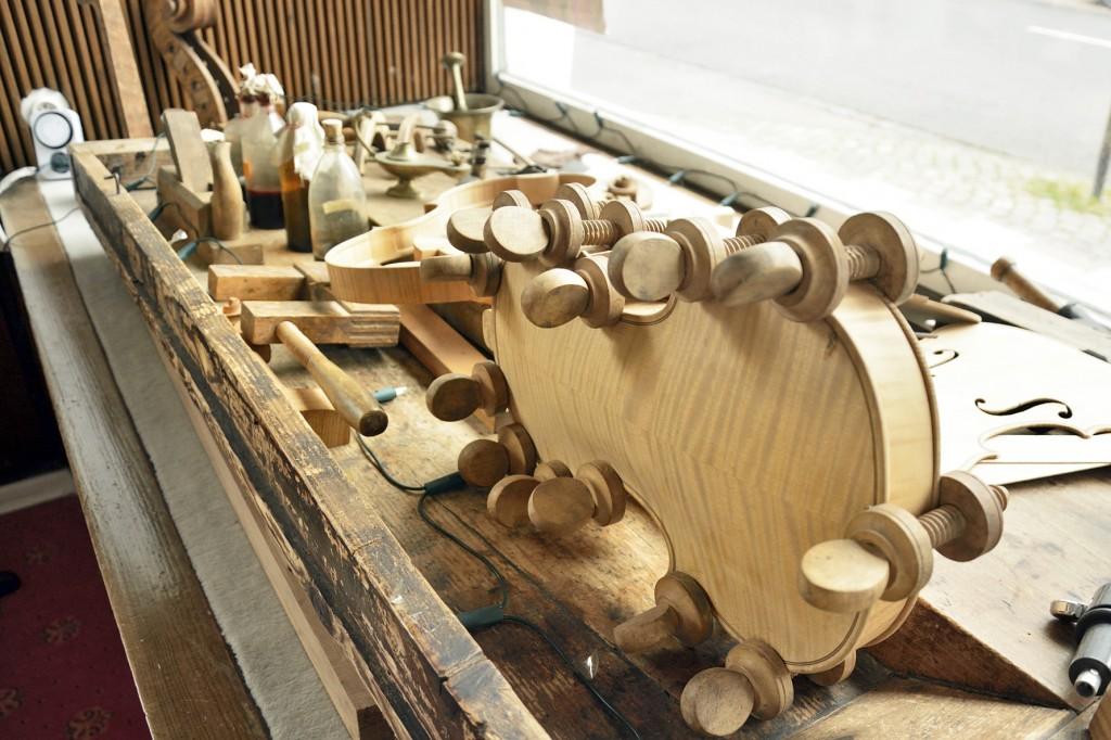 Das Arbeiten mit Holz liegt Matthias Vorbrodt am Herzen. Foto: BSM