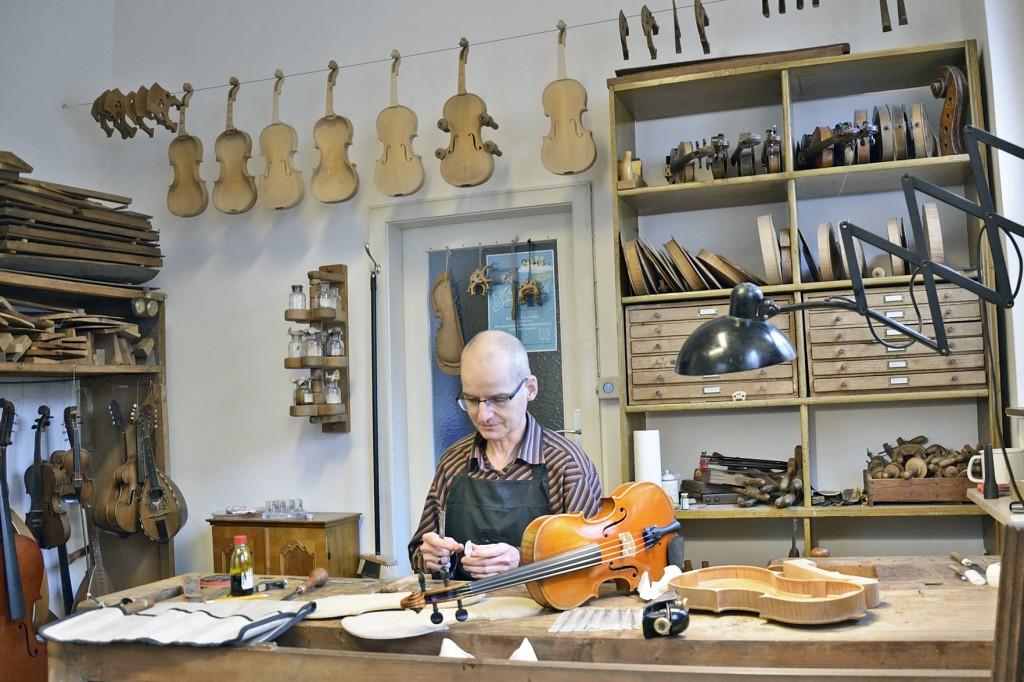 Geigenbaumeister Matthias Vorbrodt in seinem Element. Foto: BSM.