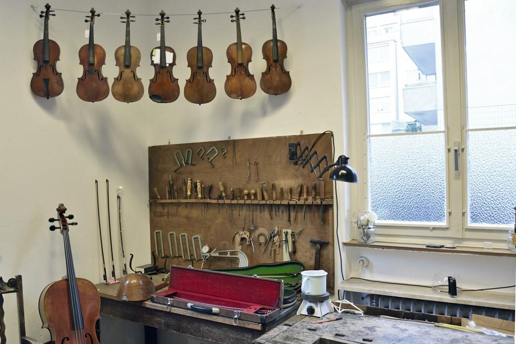 Geigen, wohin das Auge blickt: Werkbank bei Rautmann Geigenbau. Foto: BSM.