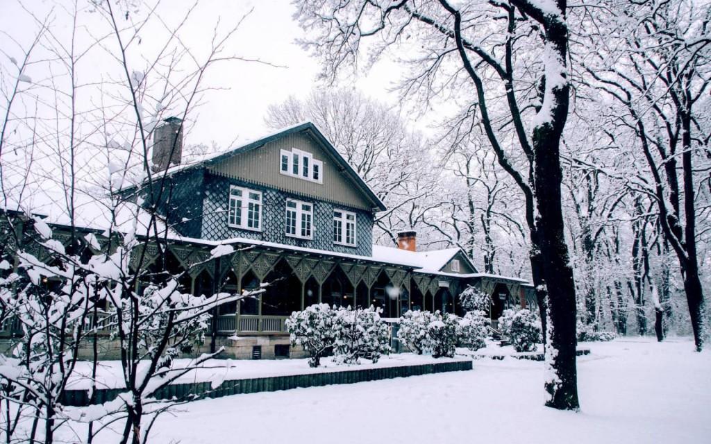 """Bei Schnee gibt es auf der Terrasse vor dem """"Heinrich""""  Glühwein. Foto: Heinrich - Das Wirtshaus"""