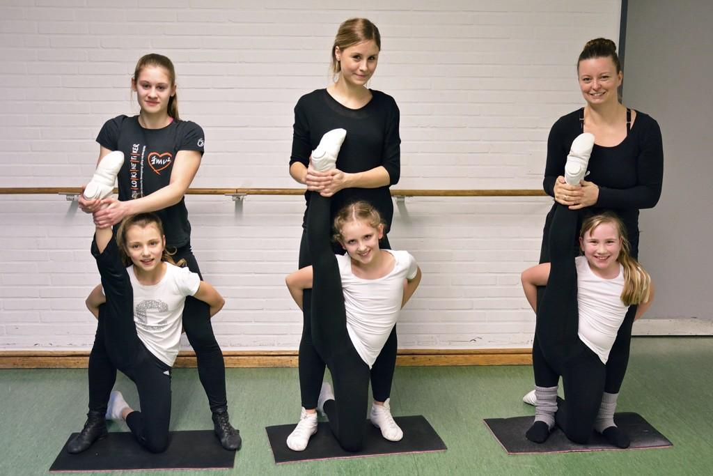 Die Trainerinnen helfen den Mädchen beim warm machen der Beine. Foto: BSM