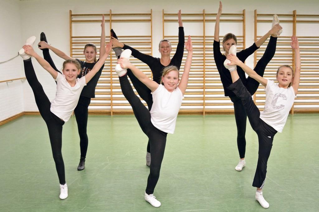 Die Tänzerinnen und Trainerinnen zeigen mir, was man im Gardetanz so alles lernt.  Foto: BSM.