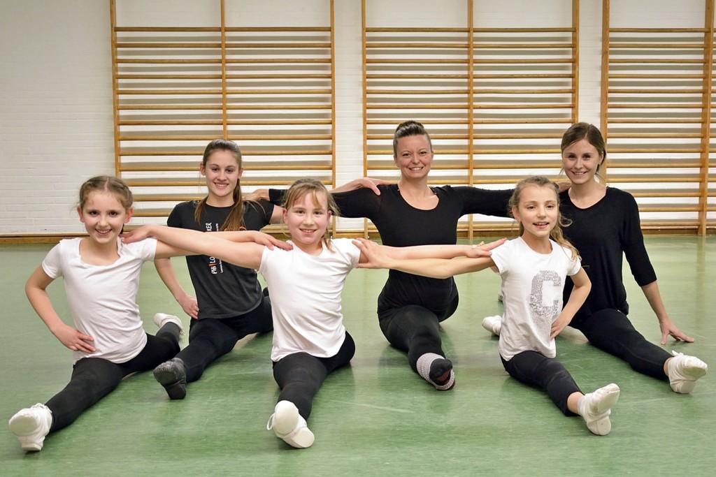 Lächelnd im Spagat sitzen - für Trainerinnen und Tänzerinnen kein Problem. Foto: BSM