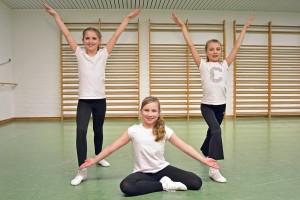 Rebecca (8 Jahre), Leona (9 Jahre) und katharine (9 Jahre) haben viel Spaß am Gardetanz. Foto: BSM