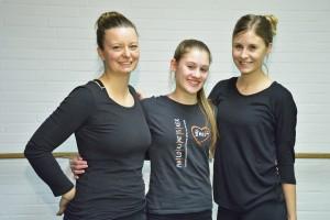 Die Trainerinnen der Braunschweiger Karneval-Gesellschaft von 1872 e. V.: Svenja Ketelhut (links), Alina Krenge (rechts) und Assistentin Rebecca Manske. Foto: BSM