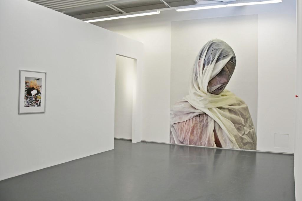 """In """"Anrufung #1"""" stellt sich die Künstlerin Hanna Nitsch verhüllt dar."""