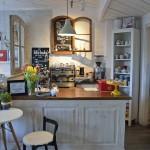 Hinter der schönen Theke werden Kafeespezialitäten zubereitet. Foto: BSM