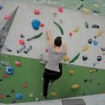 Aller Anfang ist schwer: Ich versuche mich an der Kletterwand. Foto: BSM