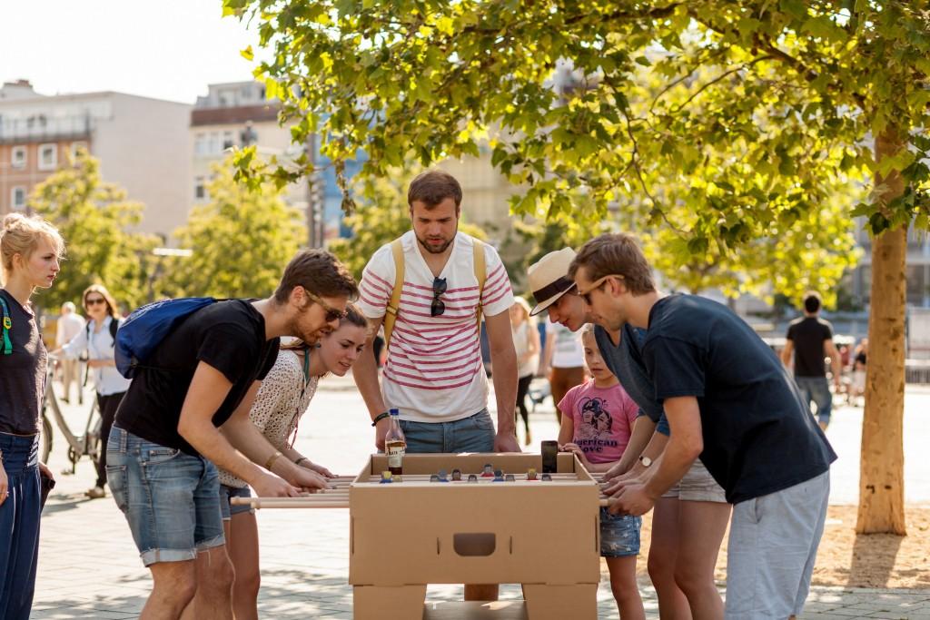 Beim Grillen im Park kam dem Team von Kickpack die Idee: Ein tragbarer und leicht aufbaubarer Kicker. Foto: Kickpack