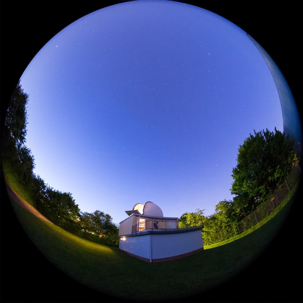 Die Sternwarte Hondelage in der Dämmerung. Foto: Michael Schomann