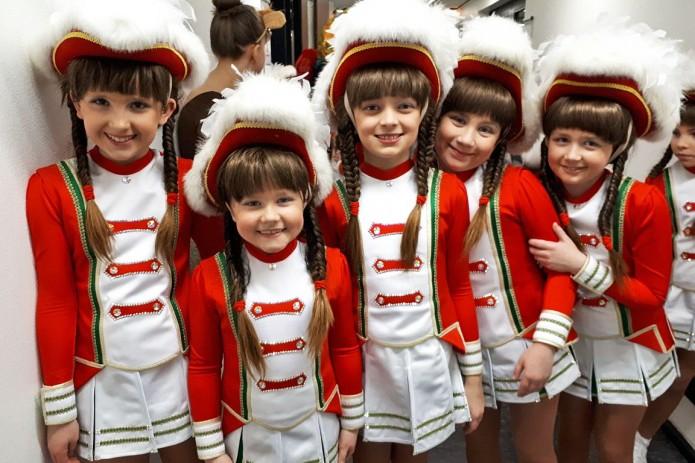 Die hübschen Gardetänzerinnen der braunschweiger Karneval-gesellschaft von 1872 e. V. straheln vor Ihrem Auftritt um die Wette. Foto: Svenja Ketelhut