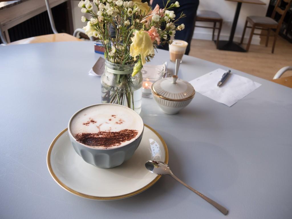 Die Tassen mit Goldrand im Café BRUNS wurden von einer Kundin gespendet. Foto: BSM