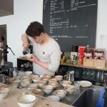 Fachmännisch wird der Milchschaum auf den Kaffee aufgegossen. Foto: BSM