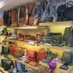 Hier findet man Taschen in allen Farben und Größen. Foto: BSM