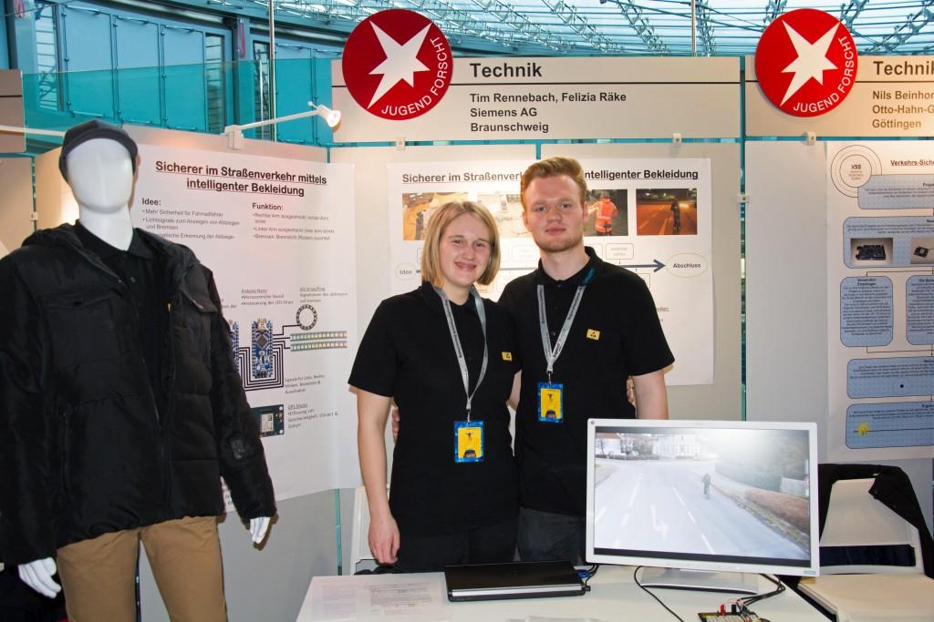 Sicher im Straßenverkehr - Tim Rennebach (17) und Felizia Räke (18) haben mit ihrer intelligenten Bekleidung den 1. Preis gewonnen. Foto: BSM