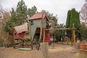 Die neuen Kletterbaumhäuser bringen frischen Wind auf den Spielplatz. Foto: BSM